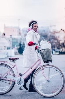 Dobry humor. niesamowita międzynarodowa dziewczyna wyrażająca pozytywne nastawienie, ciesząc się pięknem pogody