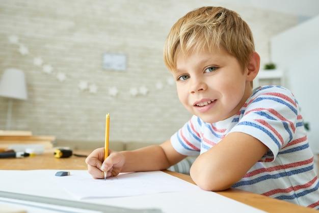 Dobry mały chłopiec studiuje w domu