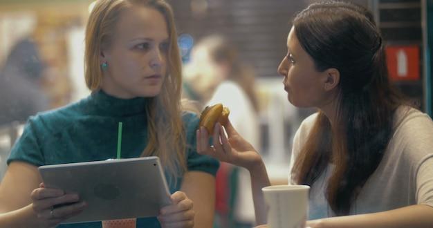 Dobry przyjaciel dzielący się smacznym ciastem w kawiarni?