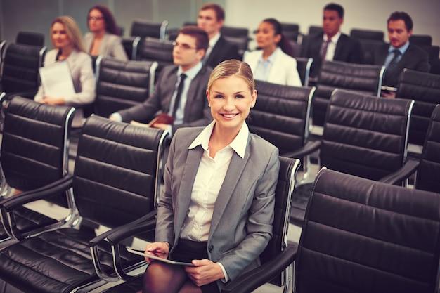 Dobrze ubrany biznesmen na konferencji
