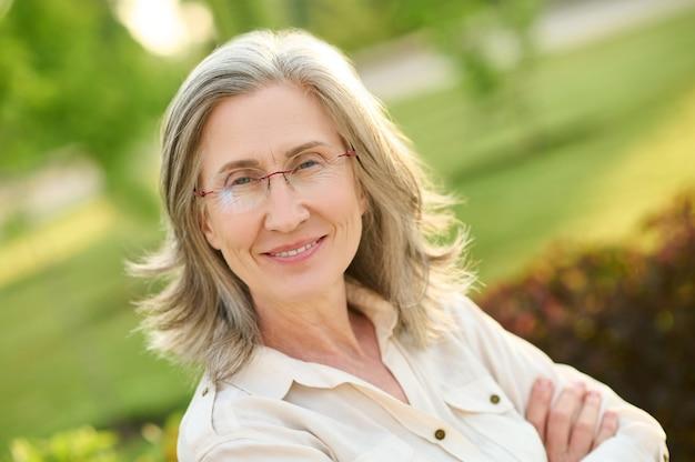 Dobrze wyglądająca dorosła kobieta w okularach