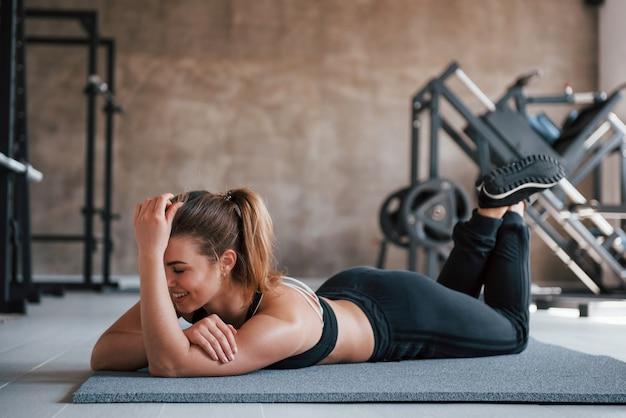Dobrze wyglądająca dziewczyna. zdjęcie pięknej blondynki na siłowni w czasie weekendu