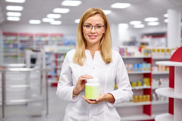 Dobrze wyglądający aptekarz poleca lek do leczenia
