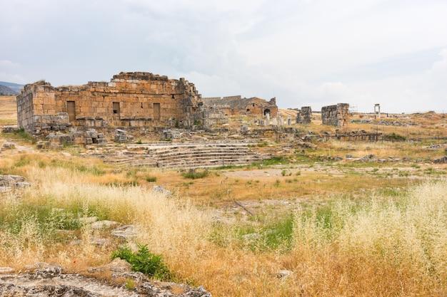 Dobrze zachowane starożytne greckie ruiny w hierapolis, uzdrowisku w pobliżu gorących źródeł trawertynu w pamukkale w turcji
