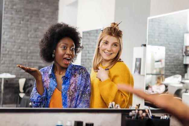 Dobrzy partnerzy. urocza modelka i jej stylistka czują się niesamowicie patrząc w lustro