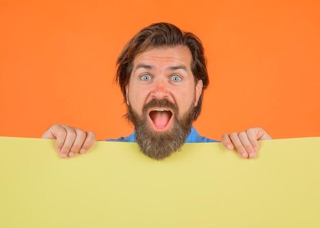 Dodaj miejsce na kopię tekstu baner reklamowy sezony sprzedaż tablica reklamowa i sprzedaż szczęśliwy brodaty mężczyzna