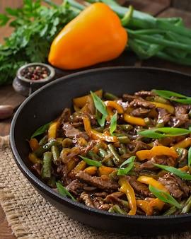 Dodaj smażoną wołowinę ze słodką papryką i zieloną fasolą