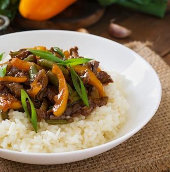 Dodaj smażoną wołowinę ze słodką papryką, zieloną fasolą i ryżem