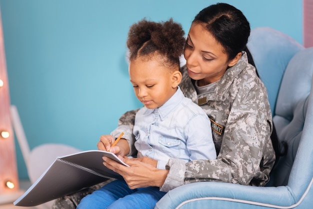 Dodajmy kilka słów. miła, kochająca, genialna matka, pomagająca córce w pisowni, podczas gdy spędzają razem czas na dużym, wygodnym krześle