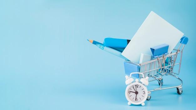 Dodatki biurowe w wózku na zakupy i budziku