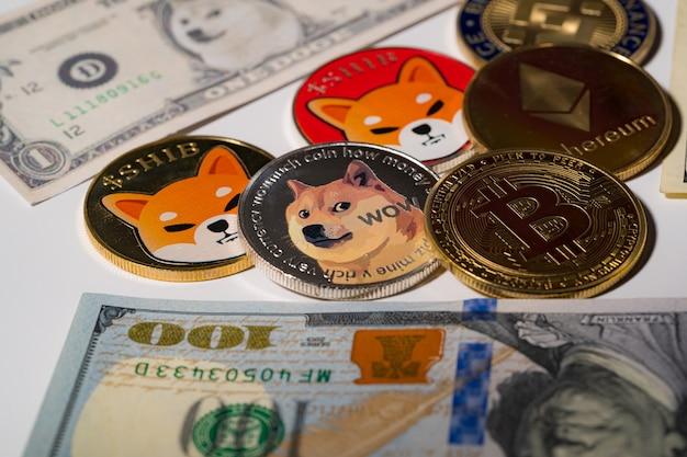Dogecoin doge, bitcoin, ethereum eth, shib coin, w zestawie z monetą waluty crypto na stosie 100 sto nowych dolarów amerykańskich pieniądze american virtual blockchain przyszłość technologii to pieniądze zbliżenie koncepcji