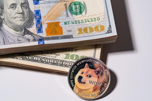 Dogecoin doge w zestawie z monetą kryptowaluty na stosie sto dolarów amerykańskich pieniądze technologia blockchain amerykańskich przyszłych pieniędzy zbliżenie i makro w tle