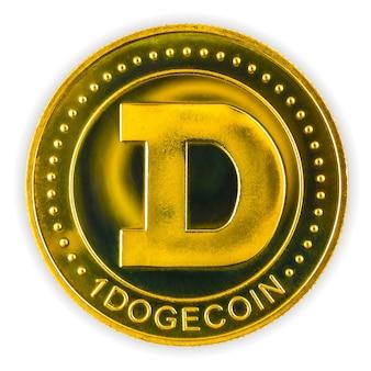 Dogecoin na białym tle, fizyczna złota moneta kryptowaluty, zbliżenie zdjęcia