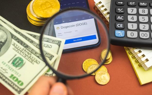 Dogecoin wirtualne pieniądze, bankowość i handel za pomocą smartfona, kupuj i sprzedawaj kryptowalutę, zdjęcie tła biznesowego z lupą