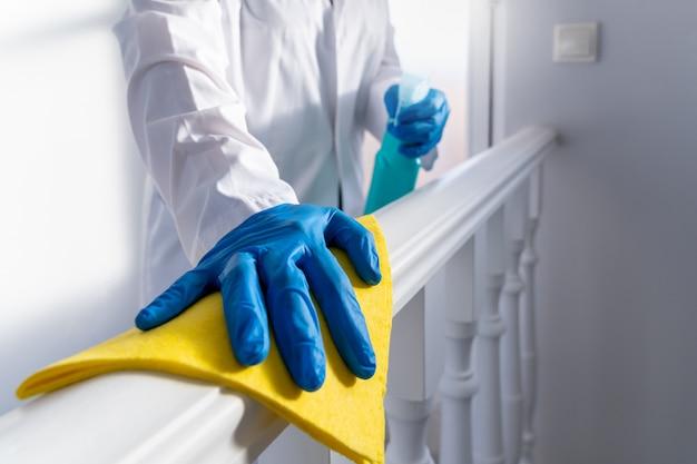 Dogłębne czyszczenie w celu zapobiegania chorobom covid-19. środek dezynfekujący do alkoholu i wybielaczy.