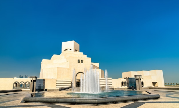Doha, katar. muzeum sztuki islamu. wyjątkowo nowoczesny design inspirowany starożytną architekturą islamu