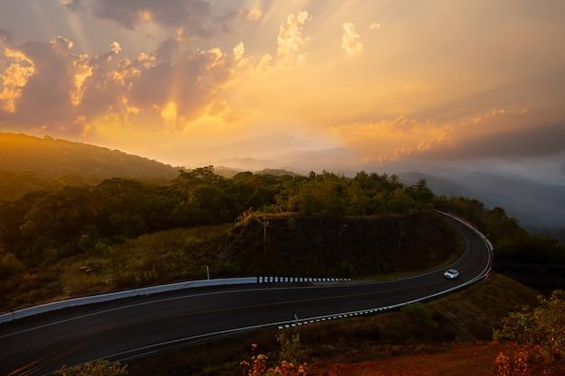 Doi inthanon z mgłą na porannym słońcu. sceniczny widok doi inthanon park narodowy w chom
