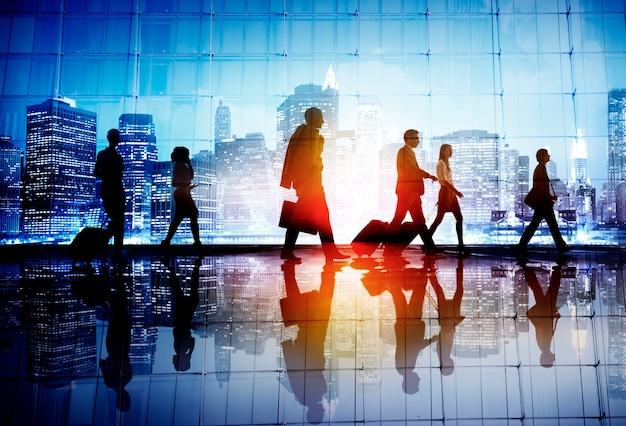 Dojeżdżającego podróży ludzie biznesu korporacyjnego chodzącego pojęcia