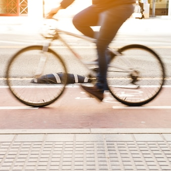 Dojeżdżający na rowerze na miejskiej ścieżce rowerowej