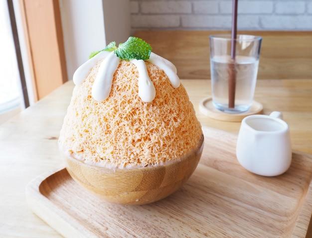 Dojna herbata bingsu na drewnianym talerzu (koreański deser).