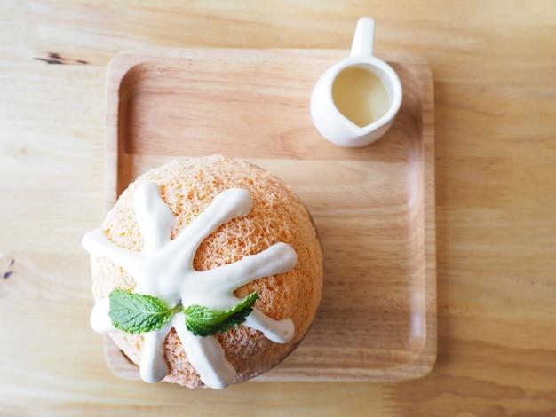 Dojny herbaciany bingsu na drewnianym talerzu, odgórny widok (koreański deser)