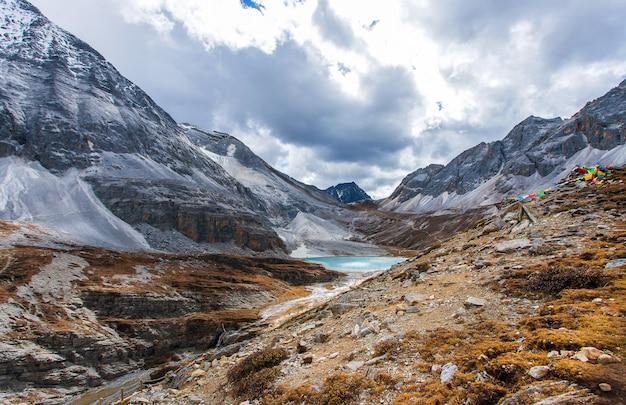 Dojny jezioro przy doacheng yading parkiem narodowym, sichuan, chiny. ostatni shangri-la