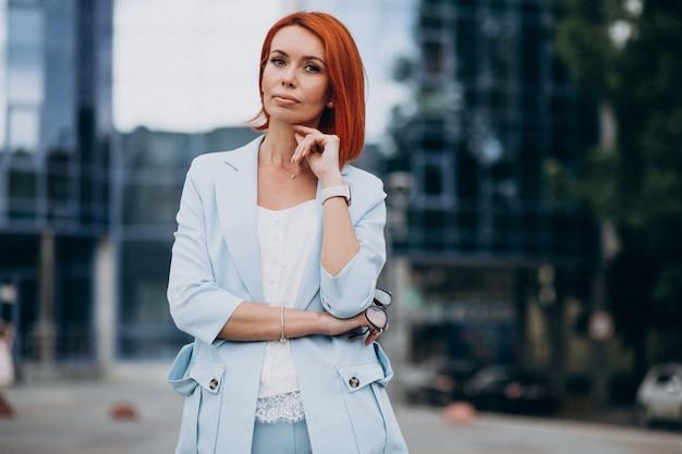 Dojrzała biznesowa kobieta opowiada na telefonie
