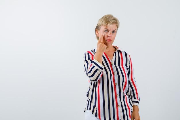 Dojrzała Blondynka W Koszuli W Pionowe Paski Darmowe Zdjęcia
