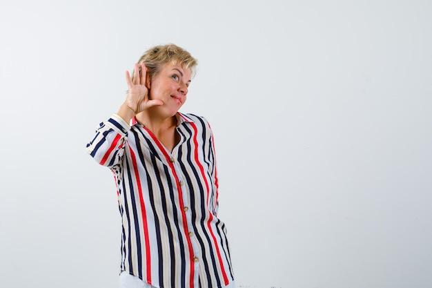 Dojrzała blondynka w koszuli w pionowe paski