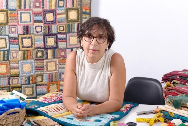 Dojrzała brunetki kobieta szwalny patchwork