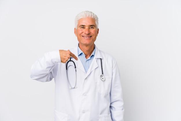 Dojrzała caucasian lekarki mężczyzna osoba wskazuje ręką koszulowa pusta przestrzeń