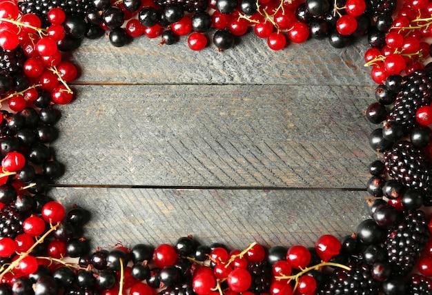 Dojrzała czerwona i czarna porzeczka na drewnianym