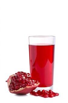 Dojrzała granatowiec owoc i szkło sok odizolowywający