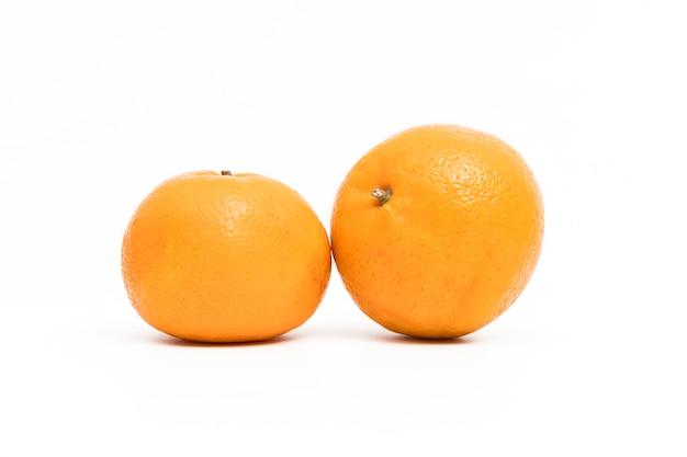 Dojrzała i świeża pomarańczowa owoc odizolowywająca na białym tle.