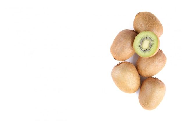 Dojrzała kiwi owoc i przyrodnia kiwi owoc odizolowywający na białym tle