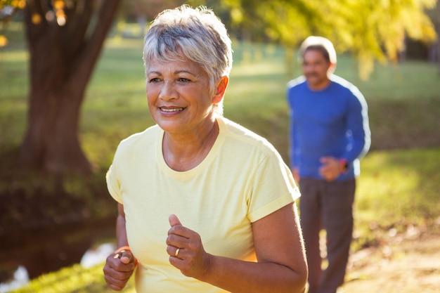 Dojrzała kobieta bieg w parku