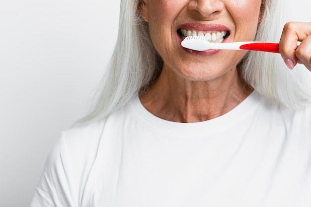 Dojrzała kobieta czyści jej zęby