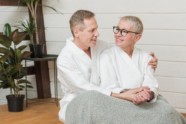 Dojrzała kobieta i mężczyzna, trzymając się za ręce w pomieszczeniu