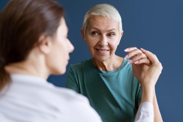 Dojrzała kobieta podczas sesji terapii zajęciowej z psychologiem