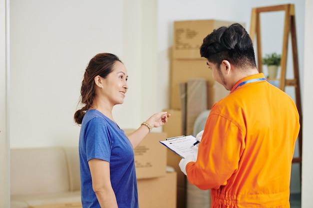 Dojrzała kobieta rozmawia z dostawcą człowieka