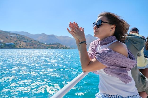 Dojrzała kobieta z grupą turystów korzystających z podróży morskiej