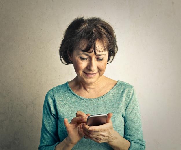 Dojrzała kobieta z smartphone