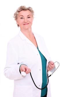 Dojrzała kobiety lekarka na bielu