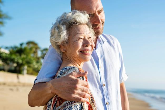 Dojrzała matka i syn na plaży