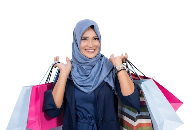 Dojrzała muzułmańska kobieta z torba na zakupy