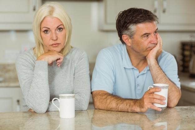 Dojrzała para ma kawę wpólnie no opowiada