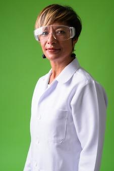 Dojrzała piękna wieloetniczna kobieta lekarz z krótkimi włosami