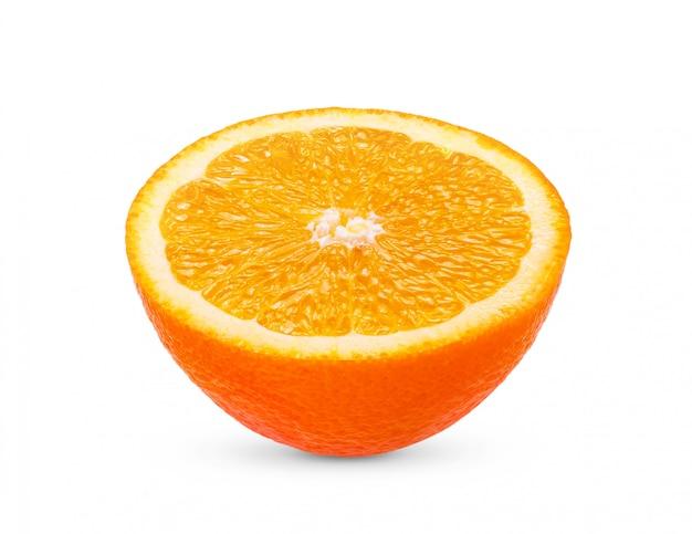 Dojrzała połówka pomarańczowa cytrus owoc odizolowywająca