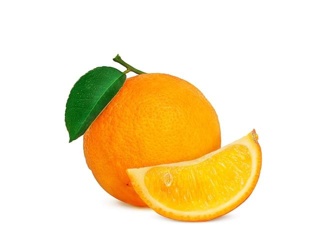 Dojrzała pomarańcza na gałęzi z zielonym liściem na białym tle