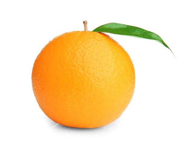 Dojrzała pomarańcza z zielonym liściem na białym tle
